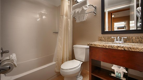 Best Western Los Alamitos Inn & Suites: Guest Bathroom