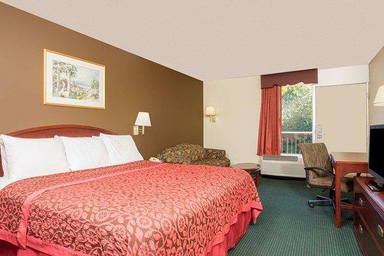 Forsyth, GA: 1 King Bed Room