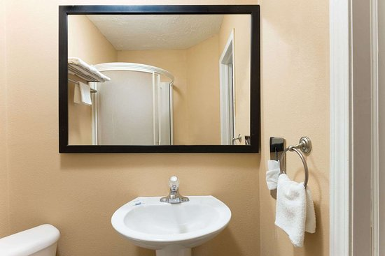 Trevose, PA: Standard Bathroom for 1 King and 2 Queen Bed Room