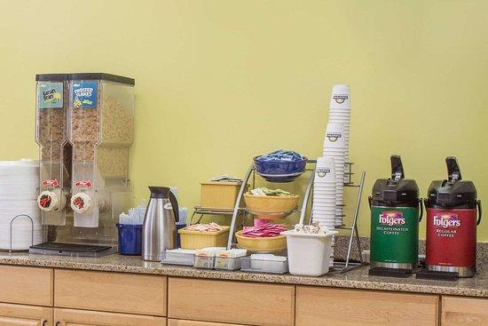 Days Inn by Wyndham Fort Myers: Breakfast Area