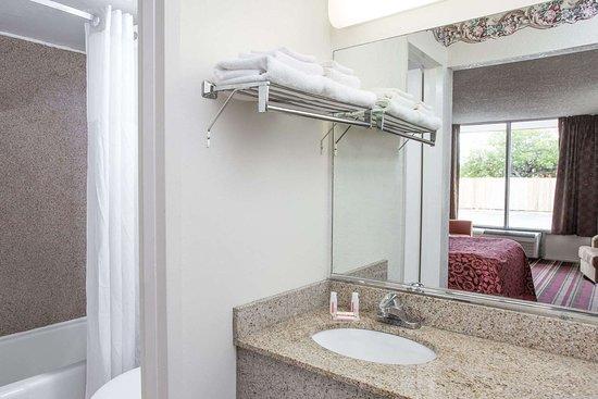 Days Inn by Wyndham Fort Myers: Bathroom