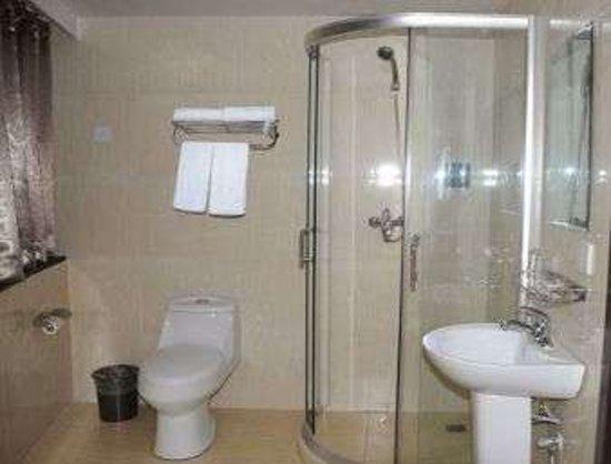 Super 8 Beijing Yuegezhuang: Bathroom