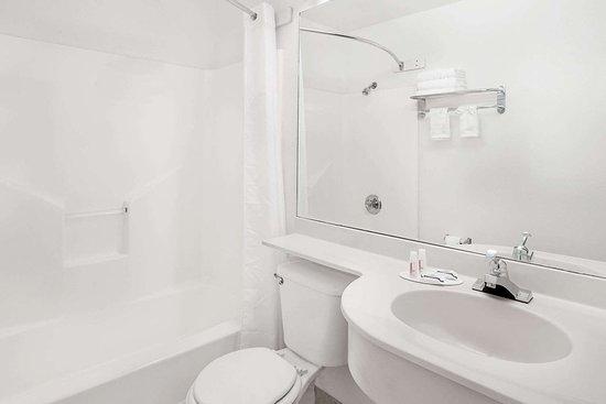 Microtel Inn & Suites by Wyndham Broken Bow: Guest room bath