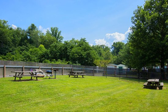 Microtel Inn & Suites by Wyndham Cherokee: Picnic Area