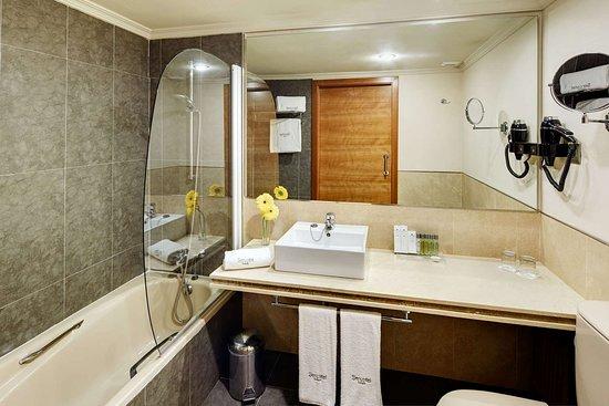 Sercotel Gran Hotel Zurbaran Badajoz: Vanity in bathroom
