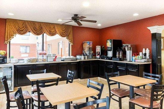 Super 8 by Wyndham Richmond: Breakfast Area