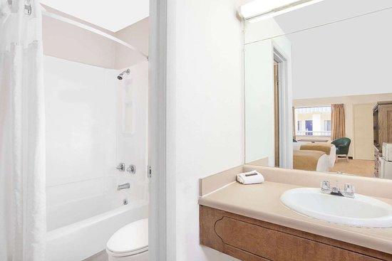 Crockett, Техас: Guest room bath