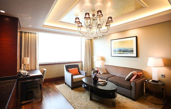 Lotte Hotel Ulsan: living room in suite room