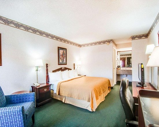 Hillsville, VA: Guest room with king bed