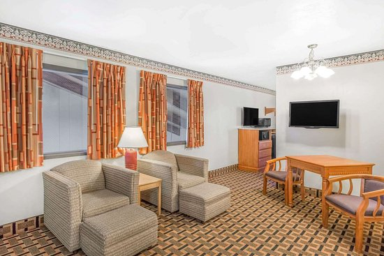 Super 8 by Wyndham Grants Pass: Guest room