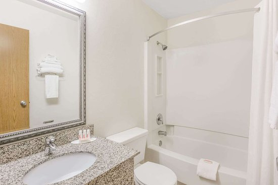 Super 8 by Wyndham Grants Pass: Guest room bath