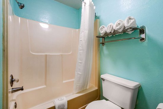 Quality Inn & Suites Airport: Bathroom in guest room