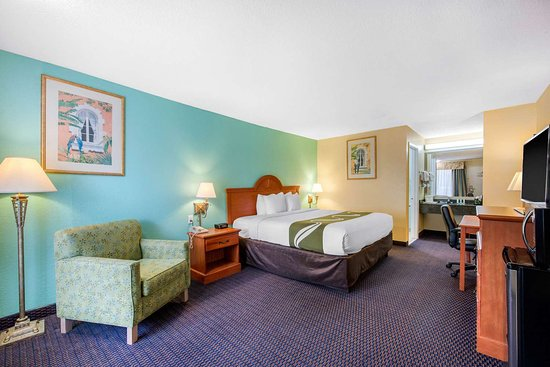 Quality Inn & Suites Airport: Guest room with added amenities