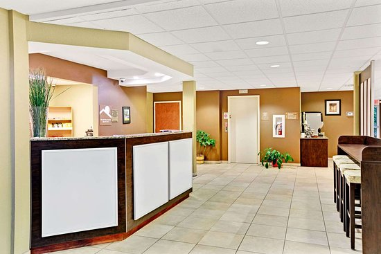 Microtel Inn & Suites by Wyndham Bryson City: Front Desk
