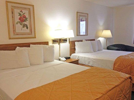 Mexico, MO: Two Queen Beds