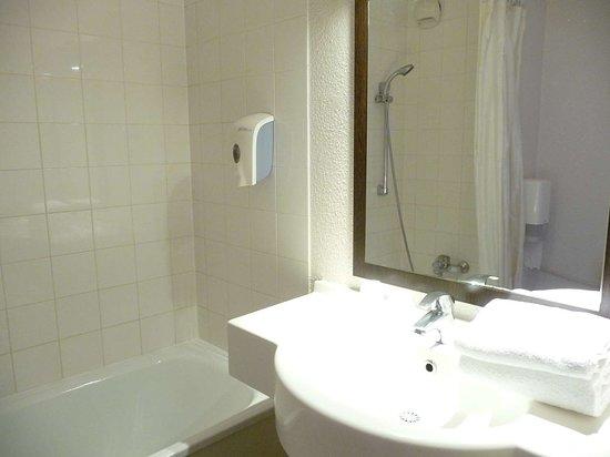 Igny, France: standard bath