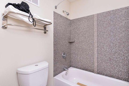 Americas Best Value Inn Nashville/South: Deluxe Guest Bathroom