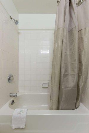 Studio 6 Phoenix - Tempe: bathroom