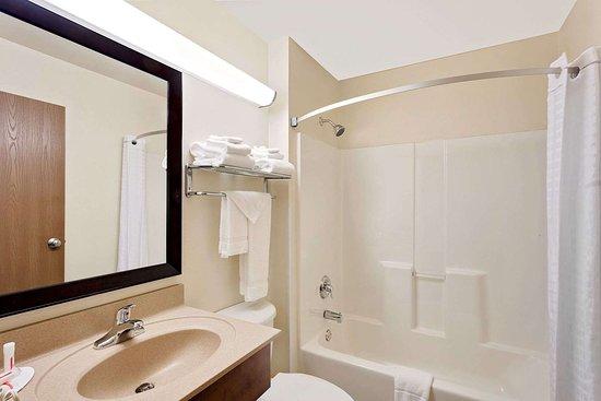 Super 8 by Wyndham Lebanon: Guest room bath