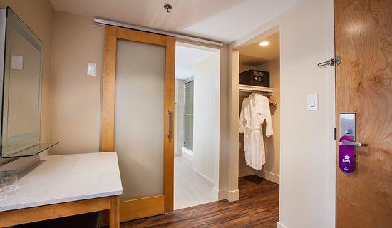 Coast Hillcrest Hotel: Premium Family Queen Beds Bathhroom