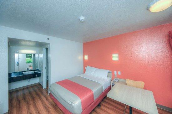 Motel 6 Bradenton: single