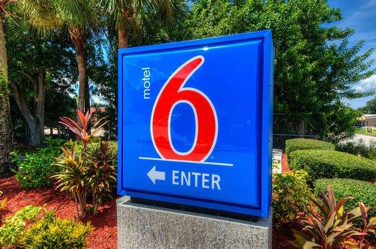 Motel 6 Bradenton: exterior