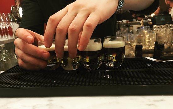 Bartendern älskar att få beställningar på drinkar!