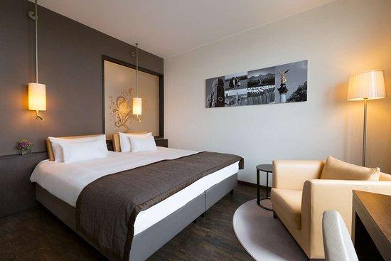 Unterschleissheim, Alemania: Hotel Infinity Munich Deluxe Room Bath
