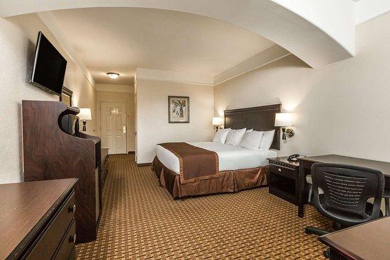 Baymont by Wyndham Galveston: Guest room