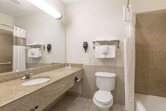 Baymont by Wyndham Galveston: Guest room bath