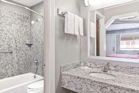 Kenedy, TX: Bathroom