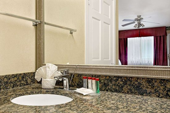 Ramada Limited Redondo Beach: Bathroom