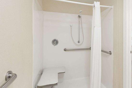 Baymont by Wyndham Lakeland: ADA Bathroom