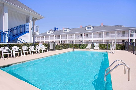 Baymont by Wyndham Forest City: Pool