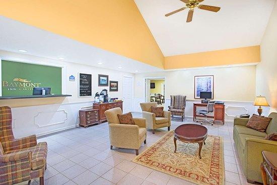 Baymont by Wyndham Forest City: Lobby