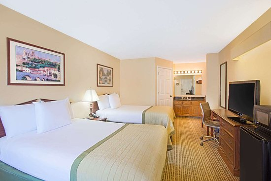 Baymont by Wyndham Forest City: Guest room