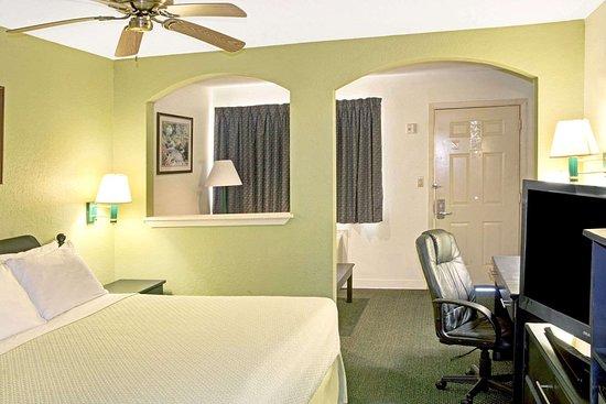 Days Inn by Wyndham El Campo TX: 1 King Bed with Sofa