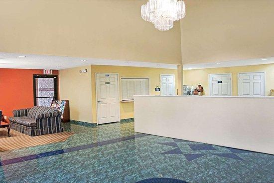 Days Inn by Wyndham El Campo TX: Lobby