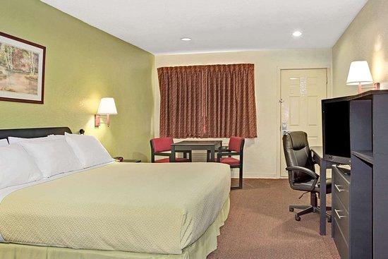 Days Inn by Wyndham El Campo TX: 1 King Bed