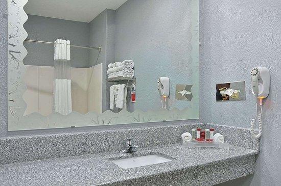 Hewitt, TX: Bathroom