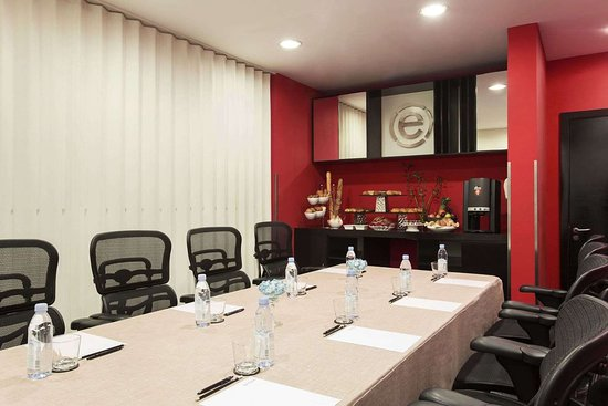 Ramada Encore by Wyndham Doha: Meeting Room