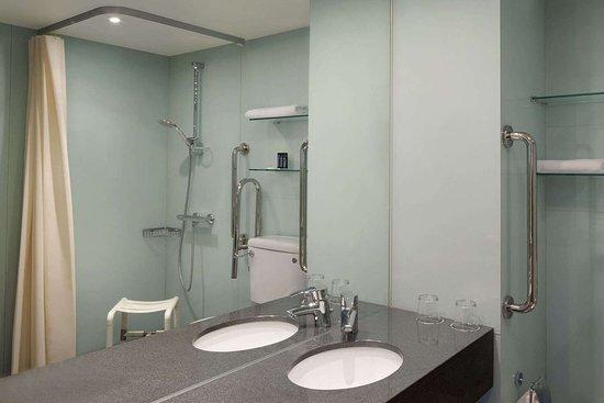 Ramada Encore by Wyndham Kyiv: Guest room bath