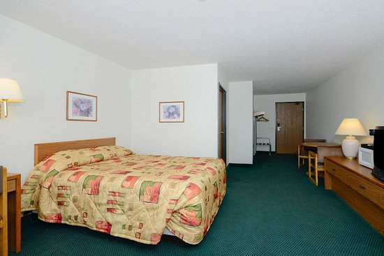 Charlotte, MI: One Queen Bed Executive Suite
