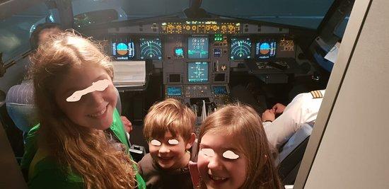 Ryanair: Die Kinder wurden nach dem Flug zur Cockpitbesichtigung eingeladen. Der Kapitän hat interessantes über den Flieger erzählt. Das war der krönende Abschluss unserer Reise. Können sie das Leuchten in den Augen der Kinder erkennen, obwohl ich es wegretuschiert habe. Was sagen sie dazu?