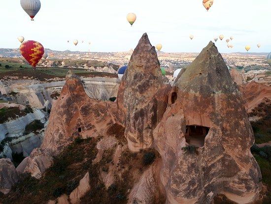 Каппадокия, Турция: Vista parcial partindo do imperdível passeio de balão, na Capadócia, Turquia. Procurem pelo melhor piloto: Mustafá Arif!