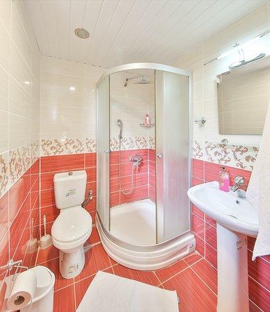 2 tek yataklı oda duş tuvalet