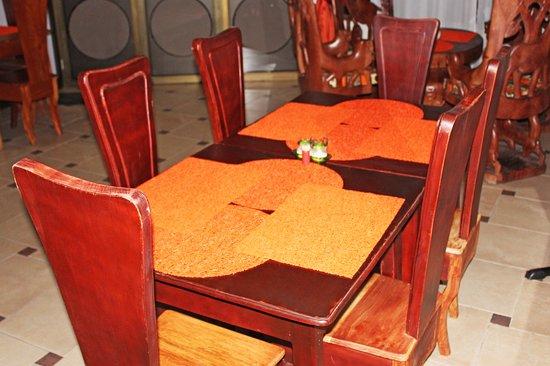 Table de 6 chaises classiques pour déjeuner ou dîner