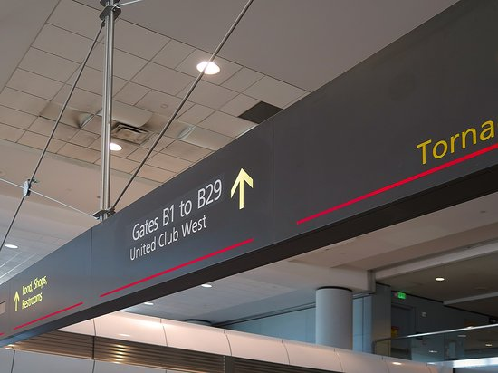 United Airlines: UA739 DEN to PHX - Directions to UA Club West Entrance in Terminal B