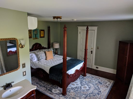 Woodhaven LLC: Sycamore Room.  Queen size bed and private bathroom.