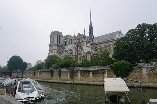 Париж, Франция: Notre Dame from the left bank of the Seine.